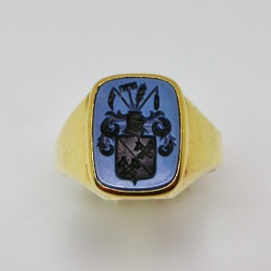 Signet ring with intense blue bicolour agate