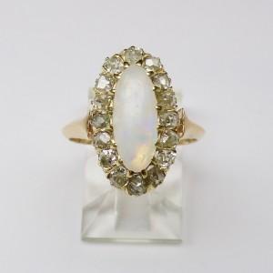 Anello con opale contornato da diamanti
