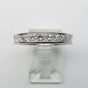 Eternity con diamanti princess montato in platino