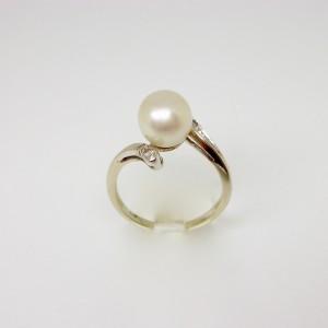 Anello con perla e diamanti