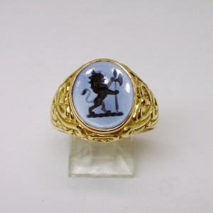 Bicolour agate signet ring depicting lion