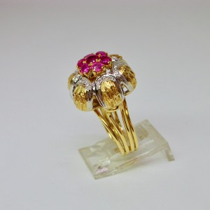 1960s Floral cocktail ring with rubies