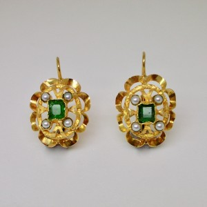 Earrings with emeralds and pearls