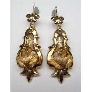 Pendant earrings in gold with floral pattern